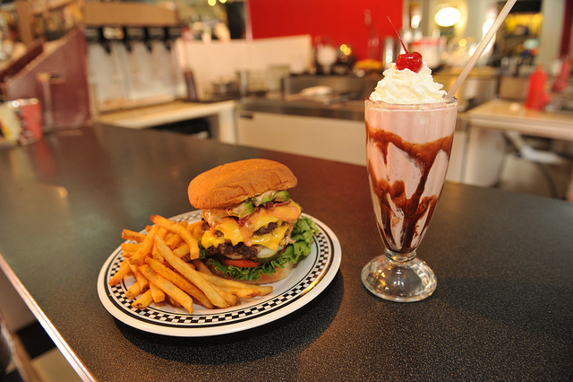 cool-cat-cafe-maui-hawaii-restaurant-burger-by-sean-hower
